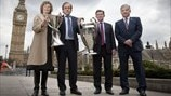 Troféus da Champions League entregues a Londres